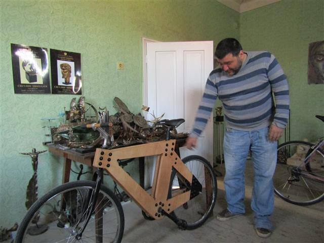 Дървеното колело на Светлин Николаев