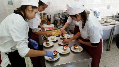 """В кухнята на Професионалната гимназията по туризъм """"Проф. Д-р Асен Златаров"""" Варна"""