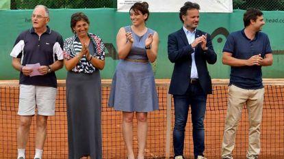 Катерина Генова (в средата) съобщи новината