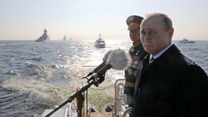 Президентът Владимир Путин наблюдава парада в Санкт Петербург от катер.