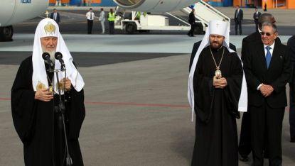 Патриарх Кирил на летището в Хавана. Крайният вдясно е кубинският президент Раул Кастро