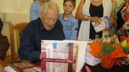 """Актьорът Вели Чаушев дава автографи на премиерата на книгата му """"Видения в """"Небесния театър""""."""