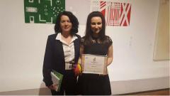 Наградената Елеонора Тахова с директора на Радио Благоевград Елисавета Каменичка