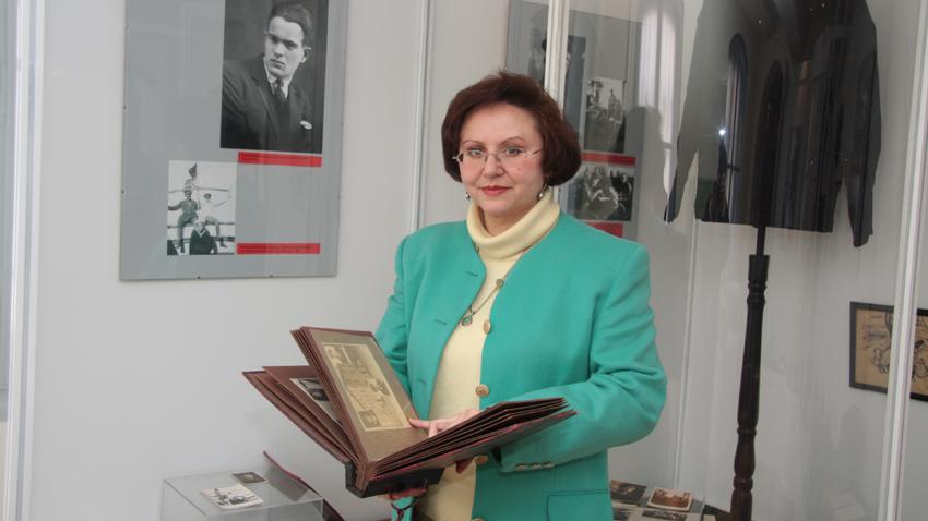 Катя Зографова на работното си място в музея на Вапцаров