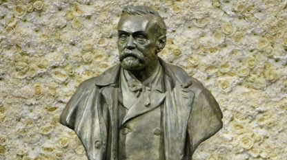Статуята на Алфред Нобел в концертната зала на Нобеловата фондация в Стокхолм, Швеция