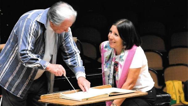 Мария Принц на репетиция със сър Невил Маринър