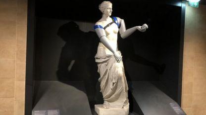 Репродукция на статуята, изложена в Лувъра, но с протези, бе поставена в метростанция до престижния музей в Париж.
