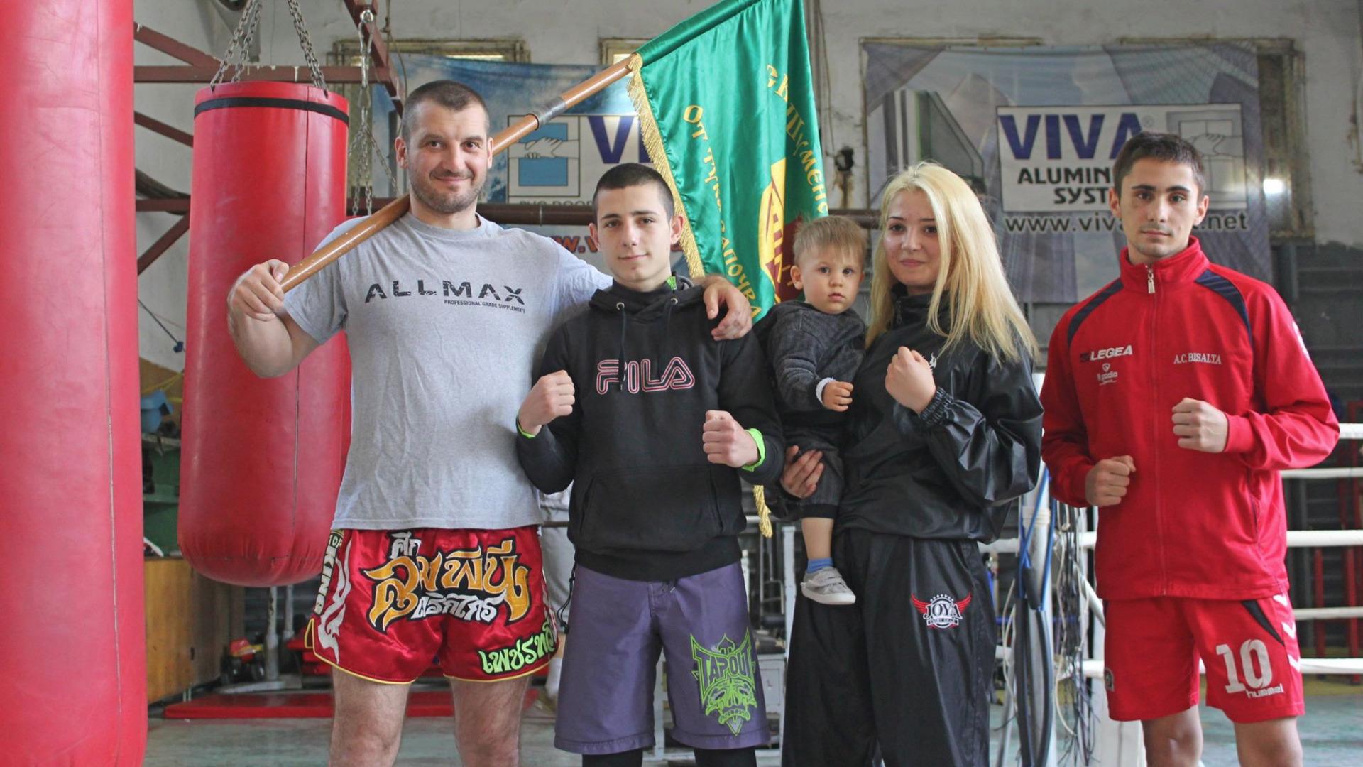 Треньорът на клуба Галин Методиев и бойците Виктор Иванов, Полина Галинова и Георги Атанасов.