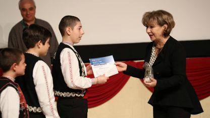 Ваня Монева връчва награда в 23-тото издание на конкурса