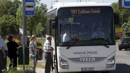 Естонци се редят на опашка в град Сауе за автобус до столицата Талин. От 1 юли в 11 от 15 окръга на страната публичният транспорт е безплатен.