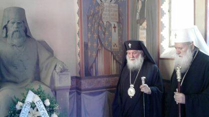 Българският патриарх Неофит и митрополит Дометиан се поклониха пред паметта на екзарх Антим I при посещението на патриарха във Видин през  2013 година