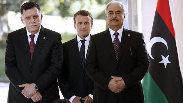 Френският президент Еманюел Макрон с либийския премиер Файез Ал Сараж и командващия либийската национална армия ген. Халифа Хафтар