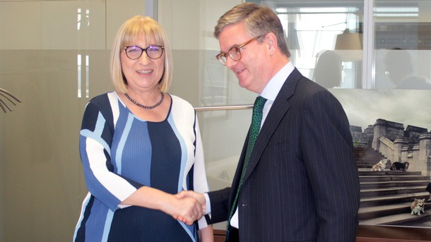 Министърът на правосъдието Цецка Цачева и комисар Джулиан Кинг