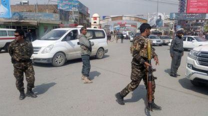 Афганистански военни и полицаи блокират района на атентата в Кабул.