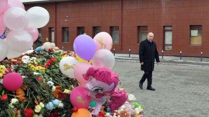Владимир Путин посети импровизиран мемориал за жертвите от пожара в Кемерово.