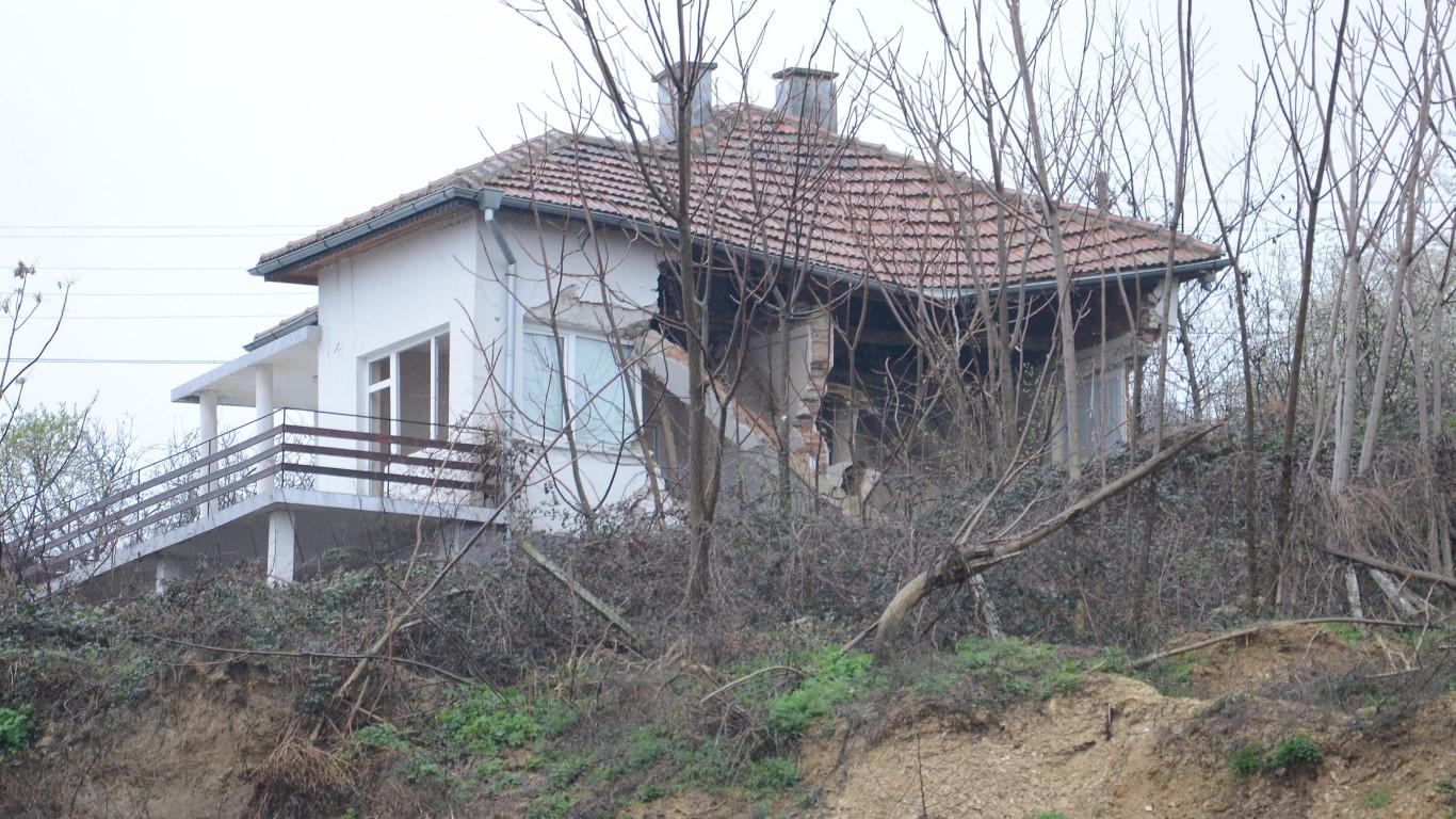 Къщата, която рухна в с. Цар Симеоново заради свлачище преди година