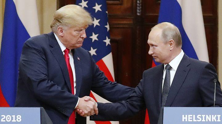 Ръкостискането между Тръмп и Путин на пресконференцията след срещата им в Хелзинки в понеделник.