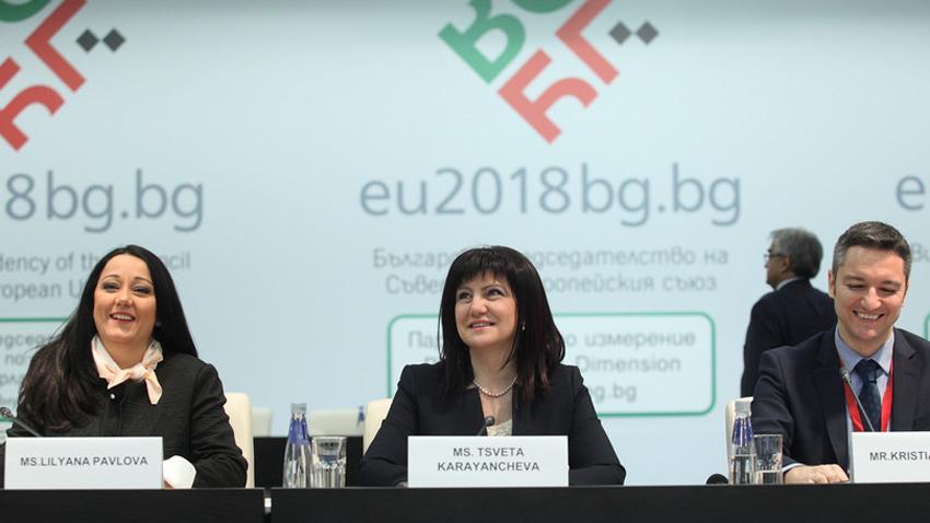 Љиљана Павлова,Цвета Карајанчева и Кристијан Вигенин на отварању форума