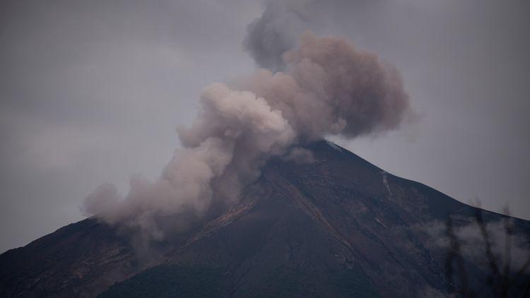 Властите в Гватемала преустановяват търсенето на изчезналите след изригването на