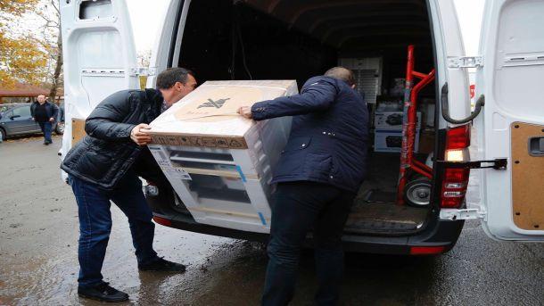 Цветанов и Николов разтоварват дарената техника
