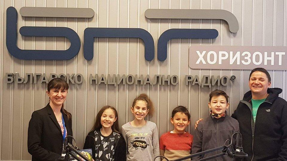 """Водещата Валерия Николова, децата от филма """"Лили Рибката"""" и Ясен Григоров"""