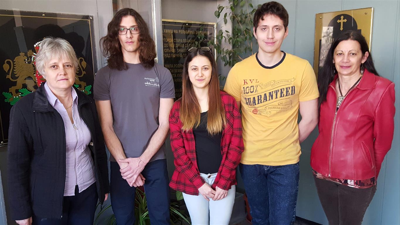 Ивайло, Боряна и Ивелин с техните преподаватели по биология Цецка Асенова и Мануела Живкова.