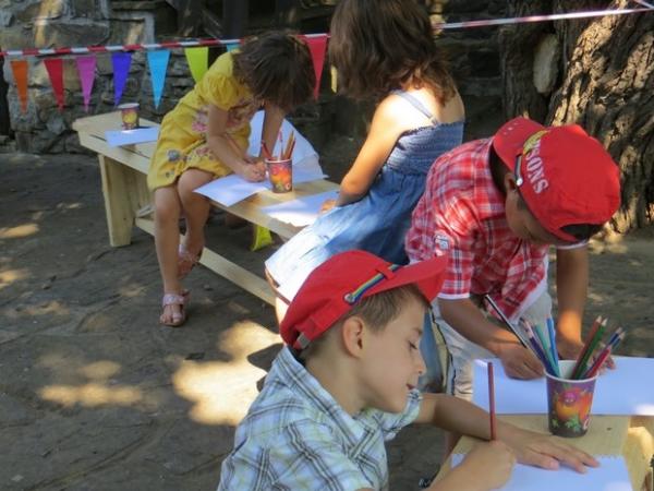 Деца рисуват в двора на Байловата къща