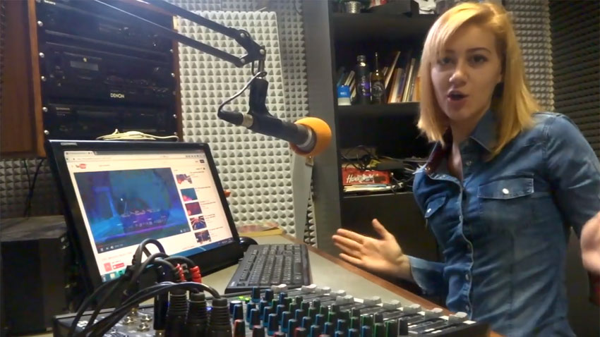 Влизайки в студиото, Емилия се е влюбила страстно в радиото...