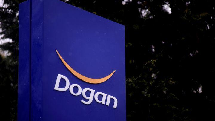 """Флаг с логото на """"Доган холдинг"""" пред централата на компанията в Истанбул."""