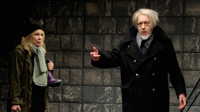 Емануела Шкодрева и Стоян Алексиев в сцена от постановката.