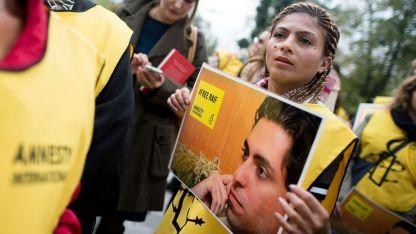 Съпругата на Раиф Бадауи на демонстрация пред посолството на Саудитска Арабия във Виена.