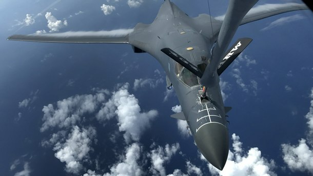 американски военен самолет B-1B Lancer над Тихия океан
