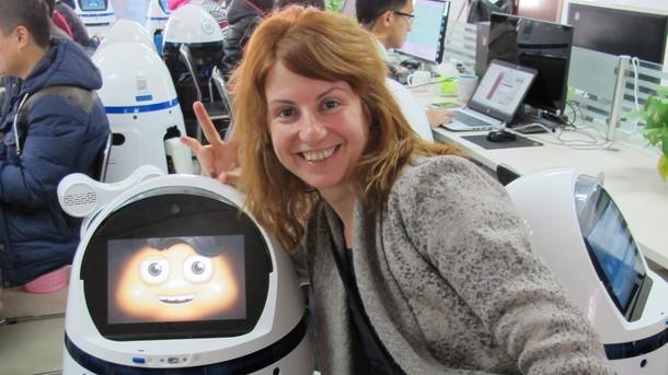 """Невена Праматарова със семейния робот Фабо на """"Evolver robotics"""