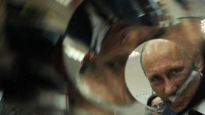 Владимир Путин оглежда изделие за космически телескоп при посещението си в ядрения център в затворения град Саров през 2012 г.