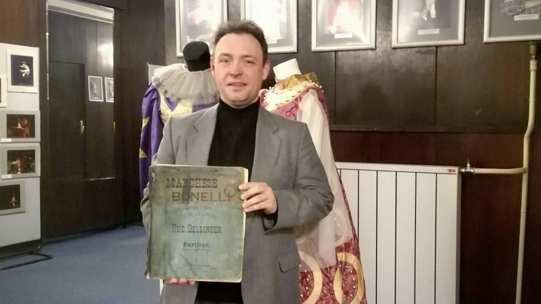 диригент Огнян Митонов държи партитурата на оперетата