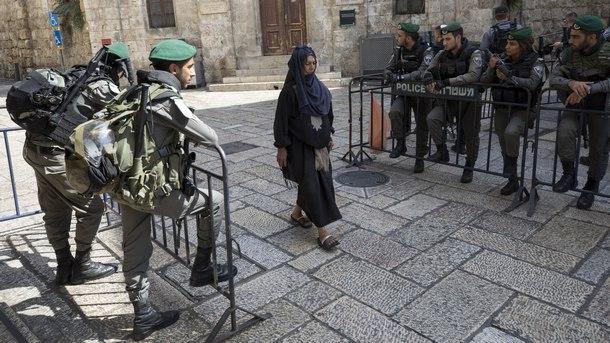Мюсюлманка преминава през стария град на Йерусалим по време на петъчната молитва и засилени мерки за сигурност около джамията