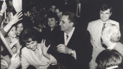 19. April 1997: Iwan Kostow (in der Mitte), Nadeschda Michajlowa (rechts) und Stefan Sofijanski (links) feiern den überzeugenden Wahlsieg der Union der Demokratischen Kräfte.