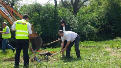 """Първа копка на  проекта  """"Повишаване на жизнения стандарт на жителите на община Своге, чрез по-добър достъп до качествена питейна вода и рехабилитация на съществуващи пътища"""" в с.Свидня. Стойността е 5 822 178 лв., финансира се от Държавен фонд """"Земеделие"""""""