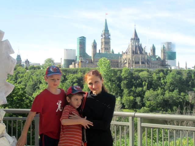 Η Νεβένα με δύο από τα παιδιά της. Φωτογραφία: προσωπικό αρχείο