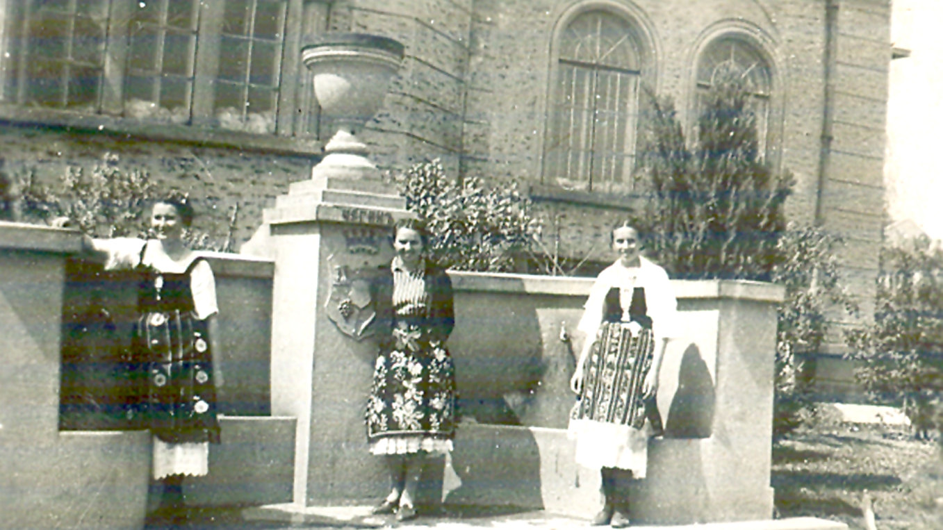 Една от малкото запазени снимки на Чеган чешма. Снимката е от архива на Благовеста Стаменова, чийто дядо Тодор Тренев - Македонеца е един от каменоделците, изградили този войнишки паметник.