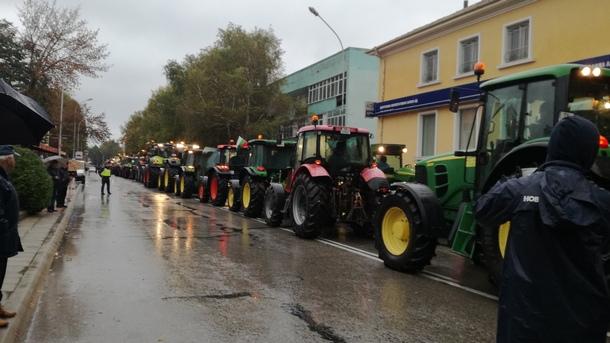 Земеделците заплашиха, че ще зареждат горивата си на обикновените бензиностанции, ако законопроектът бъде приет