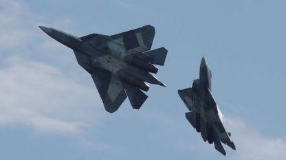 """Руски тестови изтребители от 5-о поколение Т-50, чието ново название е Су-57, в полет на авиоизложението """"МАКС 2017"""" край Москва през юли 2017 г."""