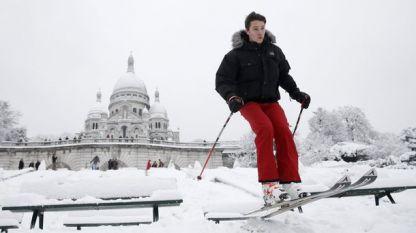 Скиор се спуска на Монмартър в Париж.