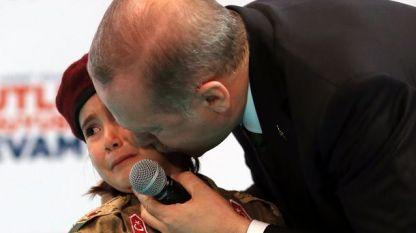 Реджеп Ердоган целува ридаещото момиче на сцената на конгреса на неговата Партия на справедливостта и развитието в събота.