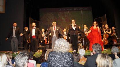 Интендантът на фестивала Михаел Лакнер, Eвгений Тарунцов - тенор, Валтер Ерла - диригент, Рита Петерл - сопран, Регина Риел – сопран приемат овациите на публиката в Конгресния и театрален център Бад Ишъл на 27 март 2016 година.