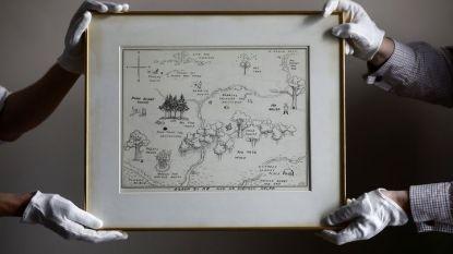 """Продадената оригинална карта на Голямата гора от """"Мечо Пух"""" при представянето ѝ пред търга на Сотбис в Лондон."""