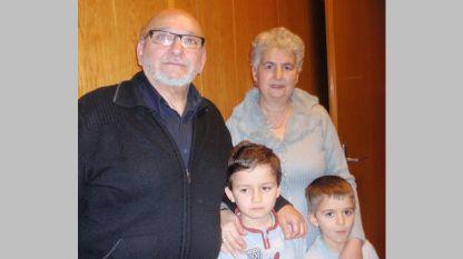 """Бедрос и Зорица Папазян и внуците им Давид и Матей (вдясно) пред студиото на предаването """"Моето семейство""""."""