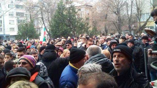 Най-малко хиляда души се включиха във втория протест в Пловдив днес в защита на д-р Иван Димитров.