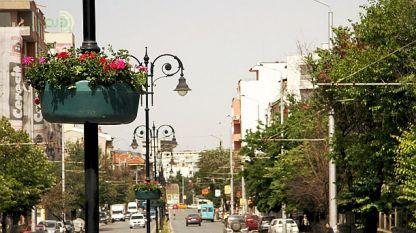 Цветни кашпи украсяват централния булевард в Стара Загора