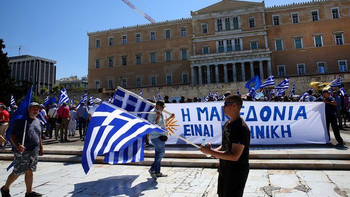 Стотици протестираха през гръцкия парламент в Атина, докато вътре течаха дебати по поикания от опозицията вот на недоверие заради сделката за новото име на Македония.